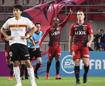 鹿島―名古屋 後半、決勝ゴールを決め喜ぶ鹿島・レオシルバ=カシマ