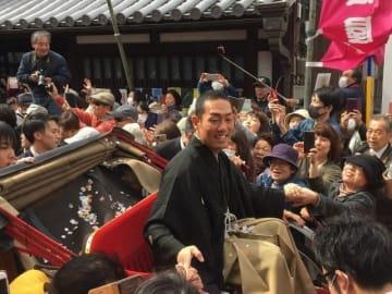 四国こんぴら歌舞伎大芝居の開幕を前にしたお練りで、声援に笑顔で応える中村勘九郎さん
