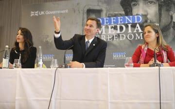 5日、フランス西部ディナールで会合に参加した(左から)アマル・クルーニーさん、英国のハント外相、カナダのフリーランド外相(AP=共同)