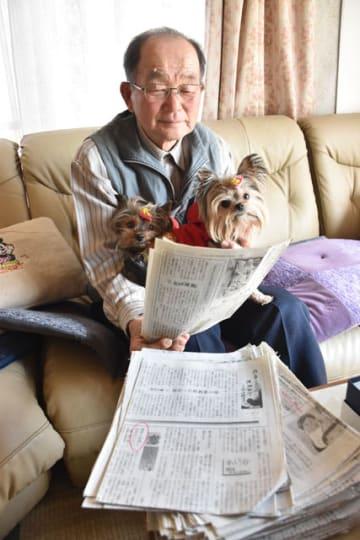 作品が掲載された紙面を手にする濱野さん。周囲の反響を励みに投稿を続ける=都農町坂の上