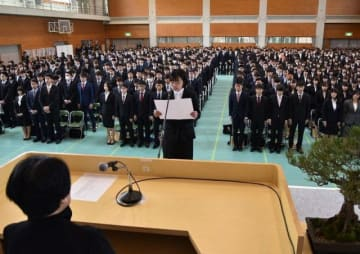 沖学長(手前)の前で宣誓する田邉さん