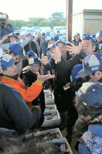 ジャンケンなどで買い手を決める小売業者ら=5日午前、中津市小祝の小祝漁港「荷さばき場」