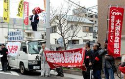 街頭で非正規の待遇改善を訴える労働組合員ら=神戸市内