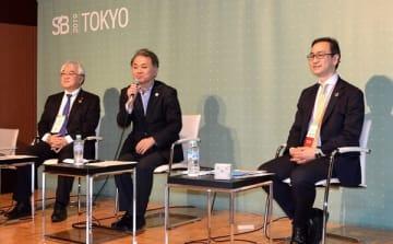 セッション「世界に、地域に変革を起こす金融システムとは」。左から第一勧業信用組合の新田理事長、グラミン日本の菅理事長、ファシリテーターの鵜尾氏
