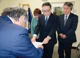 国枝教育長に要望書を手渡す佐藤会長(右から2人目)