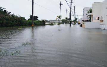 大雨の影響で冠水した道路=5日午前10時30分すぎ、石垣市真栄里