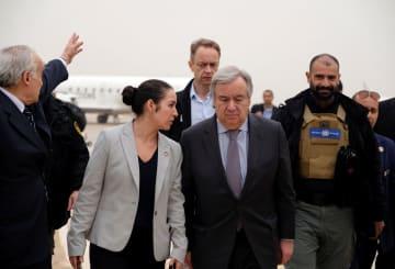 5日、リビア東部ベンガジの空港を出発する国連のグテレス事務総長(前列右)(ロイター=共同)