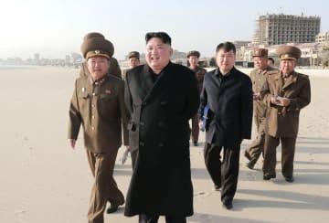 「元山葛麻海岸観光地区」を視察する北朝鮮の金正恩朝鮮労働党委員長(中央)(朝鮮中央通信=共同)
