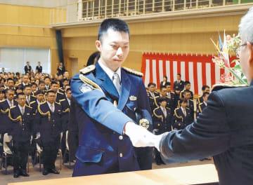 辞令を受け取る西條巡査(中央)