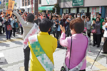 有権者に支持を訴える府議、市議選の立候補者ら=5日、大阪市内(画像は一部加工)