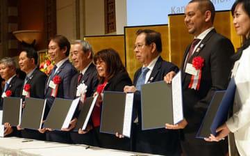 設立合意書に署名した各国経済団体の代表者ら=5日、大阪市北区の帝国ホテル大阪