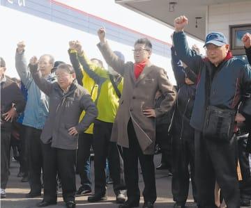 気勢を上げる有権者。各党は夏の参院選と連動させた戦略で県議選を戦う=3月29日、秋田市