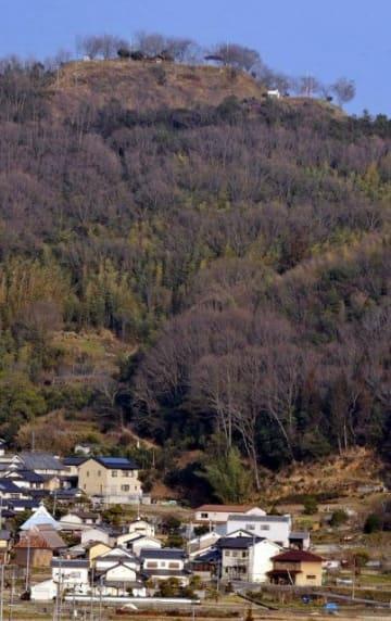 樹木を伐採し、階段状の曲輪がはっきりと確認できるようになった高越城址