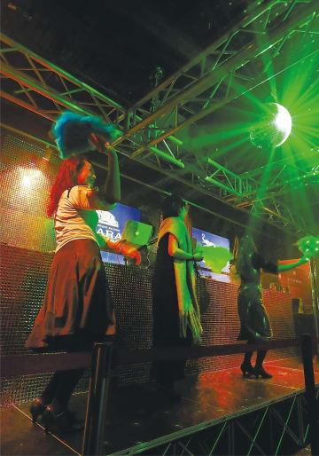 フロアより一段高い「お立ち台」に上がり、激しく扇子を振って踊る女性客