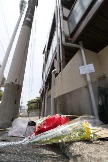 5歳女児が虐待を受け、亡くなった自宅アパートに供えられた花束=2018年6月、東京都目黒区