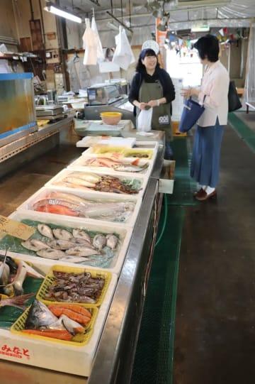 客と会話しながら営業を続けてきた中野鮮魚=長与中央市場