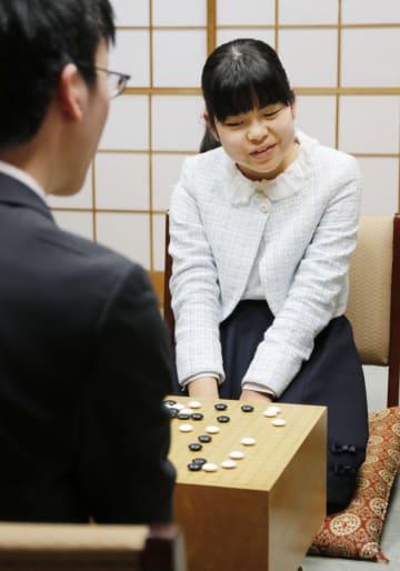 記念対局で芝野虎丸七段(手前)に敗れた上野梨紗初段=6日午後、東京都千代田区の日本棋院