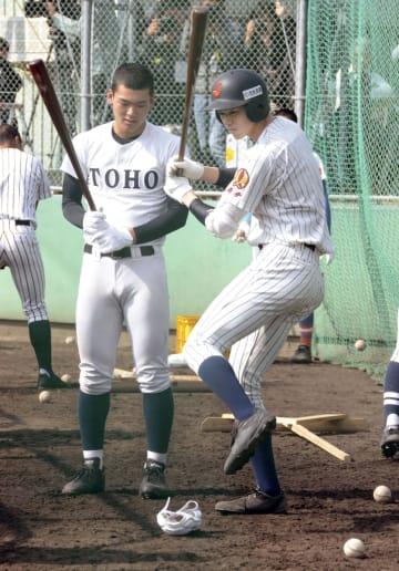 東邦・石川昂弥投手(左)と打撃について意見交換する大船渡・佐々木朗希投手=奈良県