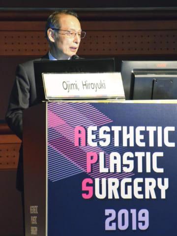 6日、ソウルで開かれた学会で講演する日本美容外科学会の大慈弥裕之理事長(共同)