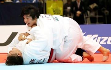 女子78キロ超級決勝で朝比奈沙羅(下)を小外刈りで破り、優勝を決めた素根輝=福岡国際センター