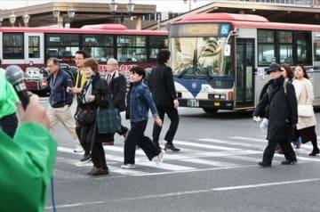 選挙戦最終日に支持を求める候補者の前を歩く有権者ら=6日、新潟市中央区