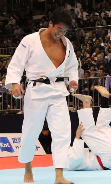 男子100キロ級で初優勝し笑みを浮かべる旭化成の羽賀龍之介