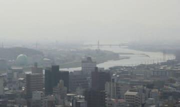 黄砂でかすんだ岡山市内=6日午前9時42分、同市北区柳町の山陽新聞社本社ビルから南東を撮影