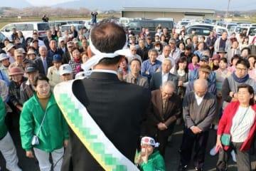 街頭演説で支持を訴える県議選の立候補者=勝央町(画像の一部を加工しています)