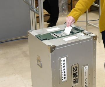1票を投じる有権者=3月、福井県福井市内の期日前投票所