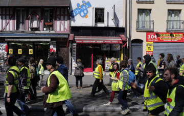 6日、フランス・パリで行進するデモ参加者(AP=共同)