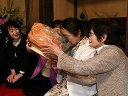 特大の茶わんで茶をたしなむ参詣者=姫路市網干区浜田