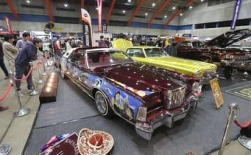 米国製の自動車などが並んだ「長岡アメリカンフェスティバル」=6日、長岡市のハイブ長岡
