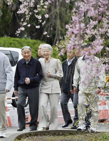 「お忍び」で皇居外周を散策される天皇、皇后両陛下=7日朝、東京都千代田区