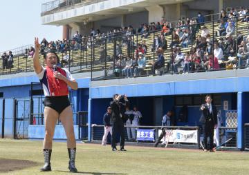 試合前に会場を盛り上げるアントキの猪木さん=ひたちなか市民球場