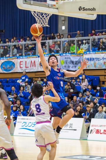 【青森―福島】第1クオーター、ワッツは會田圭佑がシュートを決めて11―10とする=三沢市国際交流スポーツセンター