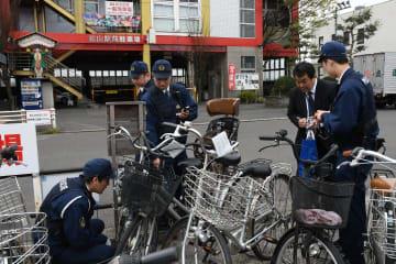 無施錠の自転車の防犯登録情報を調べる県警生活安全企画課員ら