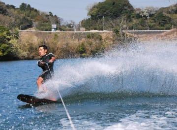 水上スキーを誘致して地域活性化につなげようと、市と全日本学生水上スキー連盟が実証実験を行った=6日、君津市の郡ダム