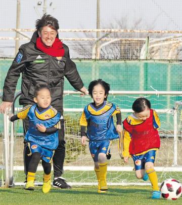スクールコーチに転身し、子どもたちと笑顔でボールを追う中原さん