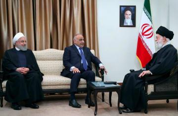 6日、イランの首都テヘランで会談する最高指導者ハメネイ師(右)とイラクのアブドルマハディ首相(中央)ら(ハメネイ師事務所提供・AP=共同)