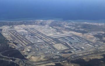 上空から見たトルコ・イスタンブールの新国際空港。奥は黒海=3日(共同)