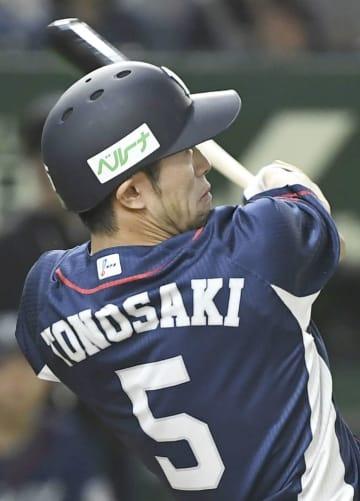 9回西武1死一、三塁、外崎が左越えに逆転3ランを放つ=東京ドーム