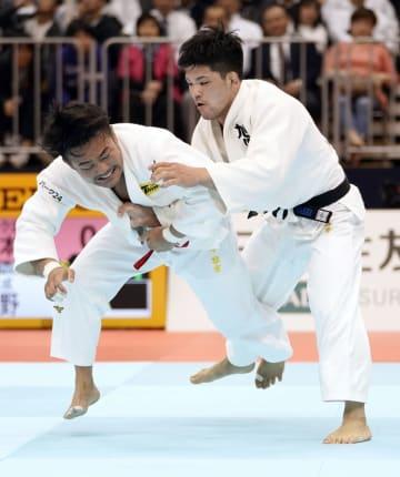 男子73キロ級決勝 橋本壮市(左)を破り優勝した大野将平=福岡国際センター