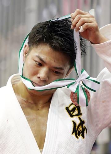 男子66キロ級で優勝を逃し、表彰式後にメダルを外す阿部一二三=福岡国際センター