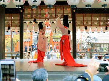 観光客らを魅了した今様の舞台(京都市東山区・八坂神社)