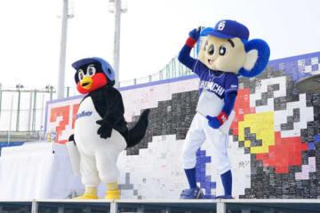 試合後に開催された25周年イベントに登場したつば九郎とドアラ【写真:荒川祐史】