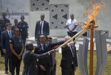 「追悼の灯」に火をともすルワンダのカガメ大統領(手前左から2人目)ら=7日、キガリ(AP=共同)