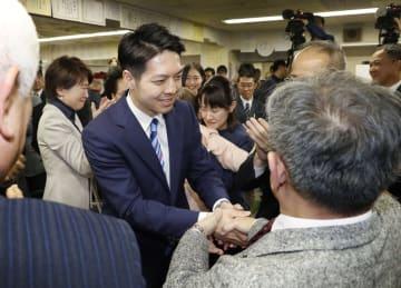 北海道知事選で当選を確実にし、支持者と握手を交わす鈴木直道氏=7日夜、札幌市中央区