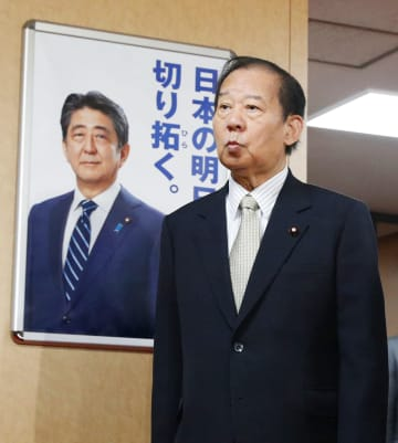 統一地方選前半戦の結果などについて、取材に臨む自民党の二階幹事長=7日夜、東京・永田町の党本部