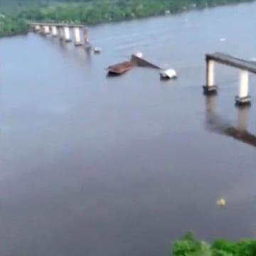 6日、ブラジル北部のモジュ川にある一部が崩落した橋。ソーシャルメディアから(パラ州政府提供、ロイター=共同)