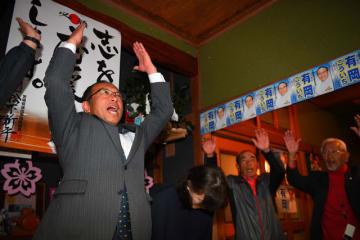 3回目の当選を果たしたが、苦戦を強いられた無所属の有岡浩一さん(左)。思うように無党派層を取り込めなかった=7日午後11時26分、宮崎市高岡町の選挙事務所